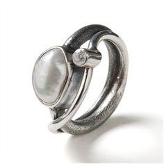Zilveren Rabinovich ring met echte parel iedere ring is uniek omdat de vorm van de parel bij elke ring weer anders is.