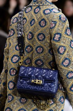 Christian Dior at Paris Fashion Week Fall 2018 - Details Runway Photos ๏~✿✿✿~☼๏♥๏✨❁~⊱SA ஜℓvஜ Fall Handbags, Hermes Handbags, Gucci Bags, Louis Vuitton Handbags, Designer Handbags, Christian Dior, Autumn Fashion 2018, Paris Fashion, Fashion Details
