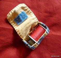 pochette a fil Needle Case, Needle Book, Hand Sewing Projects, Sewing Crafts, Gifts For Mom, Gifts For Teens, Le Terrier, Diy Pochette, Sewing Case
