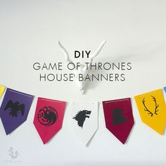 Hola! I don't know about you, but here at Hola Sara, we're obsessed with Game of Thrones. I have a fun 3-step DIY tutorial for you to bring a little bit of GoT to your episode watching parties.