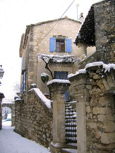 Snow falling Lacoste, France