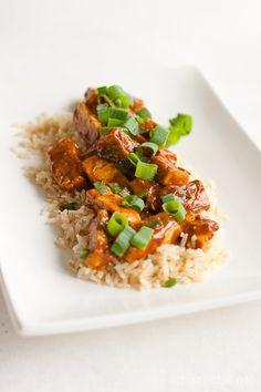 Tofua maapähkinäkastikkeessa  Kahdelle  270 g kiinteää tofua (suosittelen Soyan tofua) 2 valkosipulinkynttä viipaloituna 2 rkl rypsiöljyä Kastike  3 rkl maapähkinävoita (makeuttamatonta!) 3 rkl Ketjap manis -soijakastiketta 2 rkl sitruunamehua 1 rkl Srirachaa 0,25 dl vettä kourallinen silputtua kevätsipulia