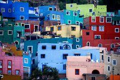 Guanajuato est une ancienne ville minière du Mexique située au coeur d'une étroite gorge de la Sierra Madre. Entrelacées et imbriquées dans la colline, ses maisons de couleurs ont été taillées dans la pierre. Il fait bon se promener dans les dédales de la ville coloniale.
