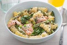 Try these delicious healthy recipes with smoked salmon. In this article, you'll find both quick weekday meals and ideas for a dinner party. Pasta Al Pesto, Asparagus Pasta, Salmon And Asparagus, Pasta Salad, Smoked Salmon Pasta, Smoked Salmon Recipes, Smoked Fish, Salmon Dishes, Fish Dishes