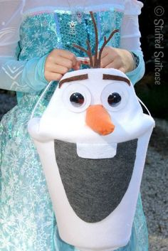 OK, I'm going to be coolest mom on the block once I make this Olaf Halloween treat bucket for my daughter--all of her friends are going to go nuts! This is too cute!
