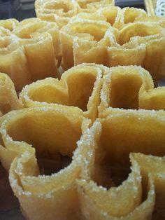 Los florones son uno de los postres más extendidos y populares que existen en toda Castilla y León y forman parte de la gastronomía más tradicional. Mexican Food Recipes, Sweet Recipes, Dessert Recipes, Ethnic Recipes, Desserts, Mini Croissants, Rose Cookies, Plum Cake, Bread Machine Recipes