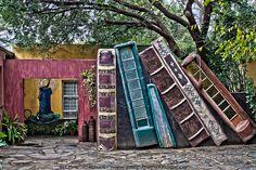 """Un mur de llibres de Craig Strachan, a través de Flickr. Literalment, una paret de llibres. Aquest mur va ser descobert en una casa d'hostes meravellosa """"The Rabbit Hole"""", en Klerksdorp, Sud-àfrica"""
