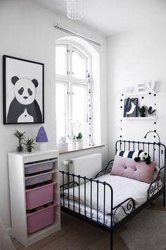 Bonita habitación infantil en tonos rosa, blanco y grises. ¿Qué te parece? …