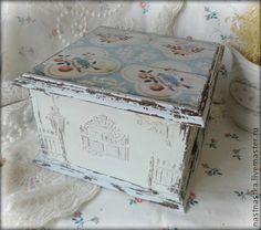 Шкатулка Французский дворик. Деревянная шкатулочка с рельефными рисунками выполнена в технике декупаж. Прекрасно подойдет для хранения украшений и полезных мелочей.   Внутри выбелена белой акриловой краской.