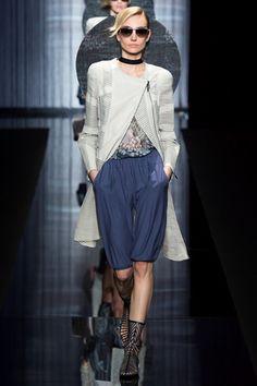 Guarda la sfilata di moda Giorgio Armani a Milano e scopri la collezione di abiti e accessori per la stagione Collezioni Primavera Estate 2017.