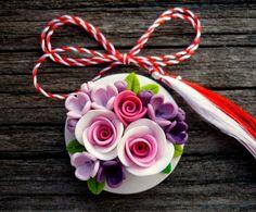 Mărţişorul inclus în patrimoniul imaterial al UNESCO :: Cubunicalataifas Polymer Clay Ornaments, Handmade Polymer Clay, Handmade Crafts, Mug Art, Humpty Dumpty, Flower Art, Origami, Anime Art, Vintage Jewelry
