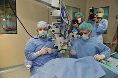 Perforativna transplantacija je operacija, s katero se polna debelina prizadete roženice zamenja z zdravo donirano roženico. Okrevanje vida je mnogo počasneje kot pa pri slojeviti transplantaciji, vendar se le-ta uporablja tudi danes za bolezni, ki prizadenejo vse plasti roženice.