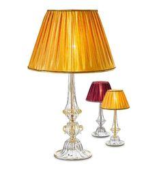 Lampada da tavolo in cristallo con paralume in tessuto ambra o rosso.