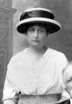 MARIA PIA  - No dia 4 de novembro de 1908, em Cannes, D. Maria Pia, aos trinta anos de idade, casou-se com D. Luís de Orléans e Bragança, de mesma idade, o segundo filho da princesa Isabel do Brasil e de Gastão de Orléans, o conde d'Eu. Eles tiveram três filhos juntos: