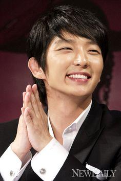イ・ジュンギ ワールド The way his eyes gets smaller when he smiles like a little boy 😍😘