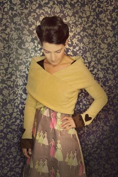 Passend zum Kleid Salzburg. Die Stola ist aus kuscheligem camelfarbenem Fleece und wird vorne überkreuzt getragen. Einmal angezogen, sitzt und wärm...