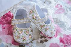 Made with rystal, gold shadow, light rose, and peridot Swarovski rhinestones. A perfect baby shower present or baby keepsake. The strap can be personalized with a name! Rhinestone Shoes, Bling Shoes, Baby Shower Presents, Baby Shower Gifts, Baby Bling, Light Rose, Baby Keepsake, Little Princess, Peridot