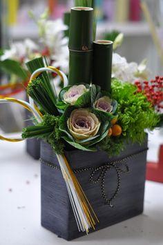 New Year Arrangement Lesson[FleImages Creative Flower Arrangements, Ikebana Flower Arrangement, Beautiful Flower Arrangements, Flower Vases, Flower Pots, Floral Arrangements, Ikebana Arrangements, Cactus Flower, Flowers Garden