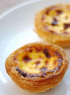 Portuguese Recipes 27698 Pastéis de Nata is one of the most emblematic Portuguese cupcakes. You can't come and visit Portugal without tasting it once! Mini Desserts, Sweet Desserts, Sweet Recipes, Real Food Recipes, Dessert Recipes, Bread Recipes, Baking Recipes, Egg Tart, Portuguese Recipes