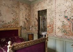 Discover bedroom design ideas on HOUSE - design, food and travel by House & Garden. Alvise Orsini has painted ricepaper to match two eighteenth-century Chinese wall panels. Chinoiserie Wallpaper, Oriental Wallpaper, Bedroom Wallpaper, Chinoiserie Chic, Wallpaper Ideas, Wall Wallpaper, Tadelakt, London Apartment, Pink Room