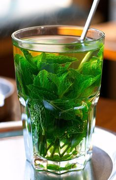 Thé glacé à la menthe The iced tea with mint, the hot drink to have always in his fridge! Non Alcoholic Drinks, Fun Drinks, Healthy Drinks, Healthy Recipes, Healthy Smoothie, Summer Cocktails, Cocktail Drinks, Irish Cream, Mint Recipes