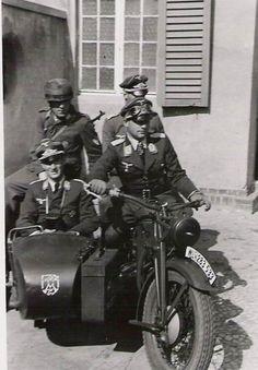 Des Officiers fallschirmjägers.