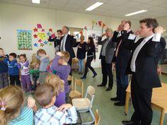 Het college tijdens een les Engels bij de Veerezon in Stadshagen. De kinderen leren van jongs af aan Engels op een speelse manier. Hier is het liedje head, sholders, knee and too gezongen en uitgebeeld.