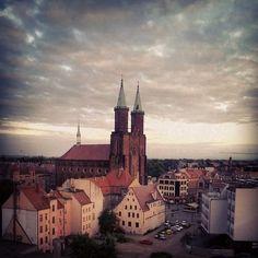 W tle jest kościół ewangelicko-augsburski pw. NMP w Legnicy.