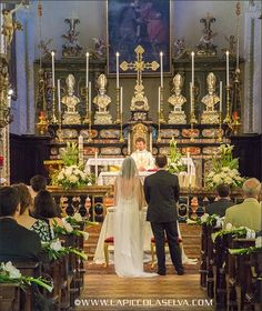 Addobbi floreali con calle e peonie, chiesa San Martino di Lesa