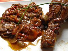 Pollo con salsa en cocotte de hierro fundido,