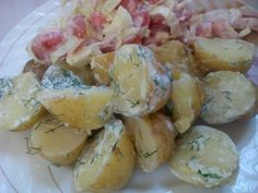 Молода картопля в сметані з кропом та салат з помідорами і капустою.