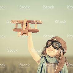 Pequeño niño jugando con avión de juguete de madera foto de stock libre de derechos