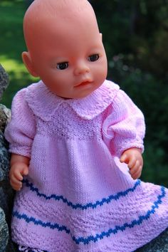 Knit this beautiful and comfortable, doll dress doll dress in fine cotton yarn Knitted Doll Patterns, Knitted Dolls, Knitting Patterns, Baby Born Clothes, Antique Dolls, Crochet Baby, Baby Dolls, Doll Clothes, Cute Outfits