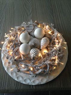 Krans met lichtjes en witte kerstballen