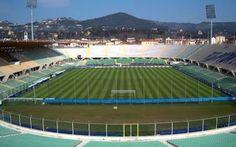 La Fiorentina apre le porte del Franchi nell'allenamento a porte aperte di oggi pomeriggio Oggi pomeriggio la Fiorentina apre i cancelli dello stadio Franchi ai propri tifosi per chiedere loro il calore  e l'attaccamento dei cori viola in vista dell'inizio del campionato, che vedrà i gigli #fiorentina #allenamentoaporteaperte