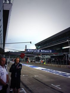 Few spots of rain falling in the pitlane and pretty overcast right now #FP1 pic.twitter.com/Sfhu74GKAa