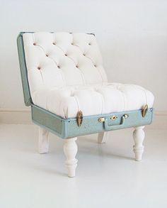 O que acham em transformar aquela mala antiga em um linda poltrona?  #decor #decoração