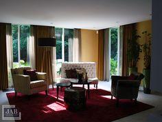De lounge hoek in een vrijstaande villa te Vught volledig ingericht en gestyled.  Door het gebruik van luxe stoffen, kwalitatieve materialen en gedurfde kleurencombinaties een prachtig, en uniek eindresultaat!