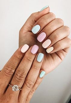 False nails have the advantage of offering a manicure worthy of the most advanced backstage and to hold longer than a simple nail polish. The problem is how to remove them without damaging your nails. Spring Nails, Summer Nails, Nails Yellow, Pink Yellow, Black Nails, Gray Nails, White Nails, Glitter Nails, Silver Nail
