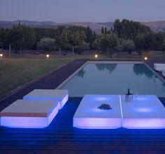 Vondom Vela Chill wird mit Beleuchtung zur Skulptur, eine Anzahl an Modulen ermöglicht Individualität