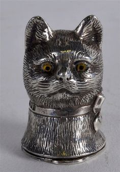A SILVER CAT HEAD VESTA CASE.