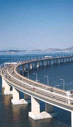 Ponte Rio-Niterói, que liga a cidade do Rio de Janeiro à ex-capital do antigo estado do Rio, na Região Sudeste do Brasil.