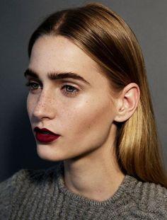 Maquillage d'automne sourcil épais: