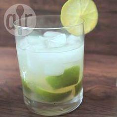 Caipirinha de limão tradicional @ allrecipes.com.br - A tradicional caipirinha brasileira! Lembre-se de que as medidas são somente um guia... você pode adaptar a quantidade de cachaça e açúcar ao seu gosto.