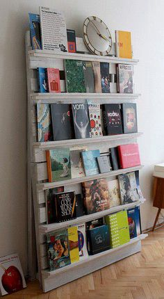 Pallet Bookshelf with Repurposed Wood Pallets Recycled Pallet Furniture, Recycled Pallets, Wooden Pallets, Diy Furniture, Furniture Plans, 1001 Pallets, Repurposed Wood, Furniture Projects, Recycled Wood