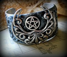 Jewelry Pagan Wicca Witch: A lovely pentacle cuff bracelet. Jewelry Box, Jewelery, Jewelry Accessories, Jewelry Making, Jewelry Ideas, Geeks, Steampunk, Pagan Witch, Witches