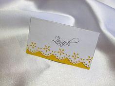 """Něžné svatební jmenovky na stůl Pokud nemáte rádi přeplácanost a volíte heslo: """"V jednoduchosti je krása"""", tyto jmenovky jsou určeny právě pro Vás. Kartonová kartička s barevnou bordurou. Barva žlutá. Styl písma či barva papíru se dá změnit. Lze si také vybrat ze čtyř různých druhů bordur. Po domluvě lze ve stejném stylu udělat oznámení, pozvánky ke stolu, menu, ..."""