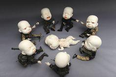 Der chinesische Künstler Johnson Tsang entwirft ziemlich beeindruckende, partiell auch etwas verstörende, Skulpturen aus Keramik.