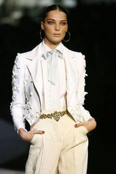 Daria Werbowy ouvre le défilé Roberto Cavalli printemps-été 2007 www.vogue.fr/...