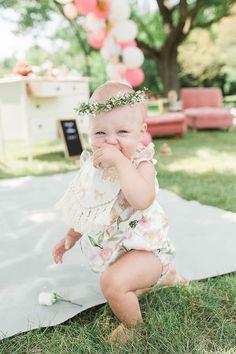 Un joli bébé avec une couronne de fleurs et un beau body